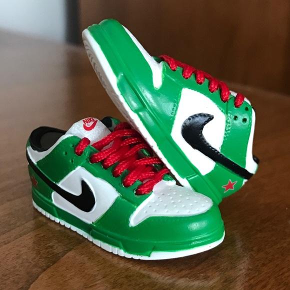 separation shoes 833fc 52bc0 Nike SB dunk low Heineken figurine